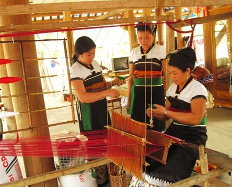 Хям Бкронг – человек, который бережно сохраняет и развивает ткацкий промысел малой народности Эдэ