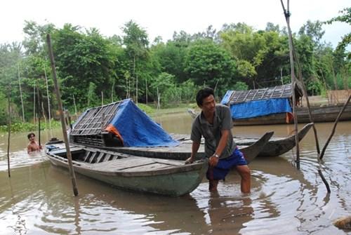 Крестьяне провинции Донгтхап зарабатывают на жизнь в сезон паводка