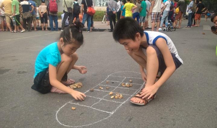 Воссоздание игры «О Ан Куан» на пешеходной улице Ханоя
