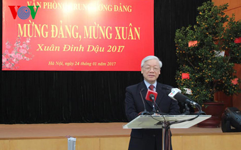 Nguyen Phu Trong présente ses vœux au bureau du Comité central du Parti
