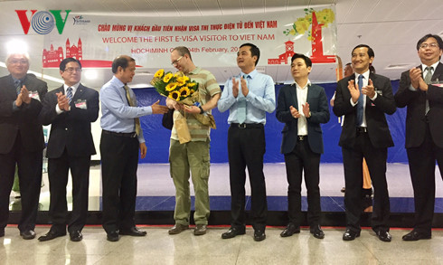 Le Vietnam accueille ses premiers touristes étrangers dotés d'un visa électronique