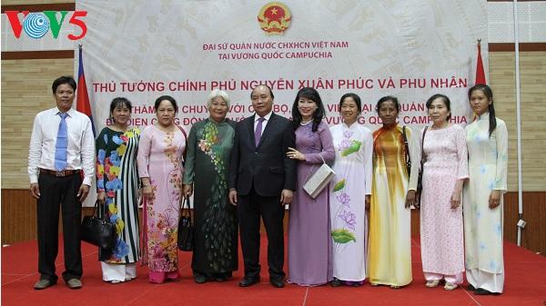 Le Premier ministre rencontre des Vietnamiens résidant au Cambodge