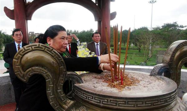 Officials pay tribute to heroic martyrs in Quang Tri