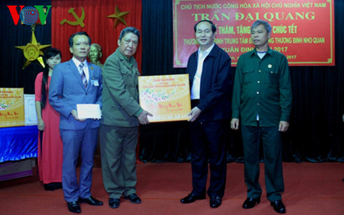 President visits war invalids in Ninh Binh