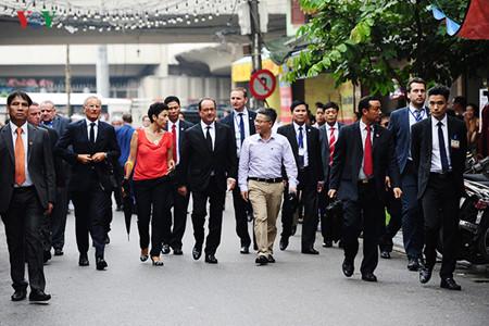 Des Français d'origine vietnamienne dans la suite de François Hollande