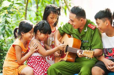 Le sous-capitaine Trân Anh Tuân et les enfants malvoyants