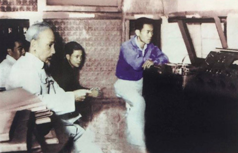 回到胡志明主席70年前在越南之声朗诵贺年诗的地方