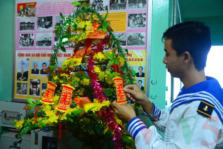 越南高脚屋驻军战士迎接新春