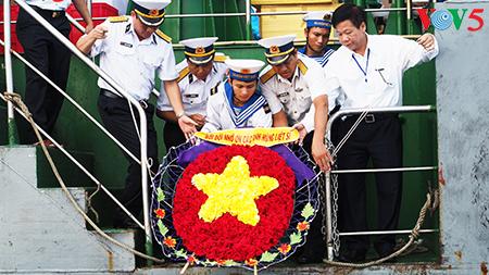 在鬼鹿角礁牺牲的64名战士缅怀仪式诚敬而感人