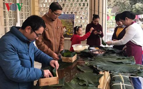 Gói bánh chưng để giữ nét văn hóa Việt ở Ai Cập