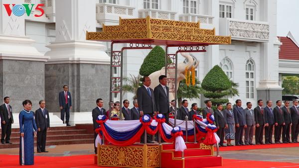 Gespräch zwischen dem Premierminister Nguyen Xuan Phuc und seinem laotischen Amtskollege