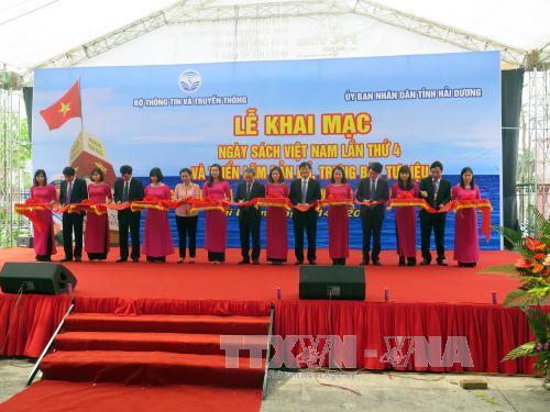 """งานนิทรรศการแผนที่และเอกสาร """"หว่างซา เจื่องซาของเวียดนาม"""""""