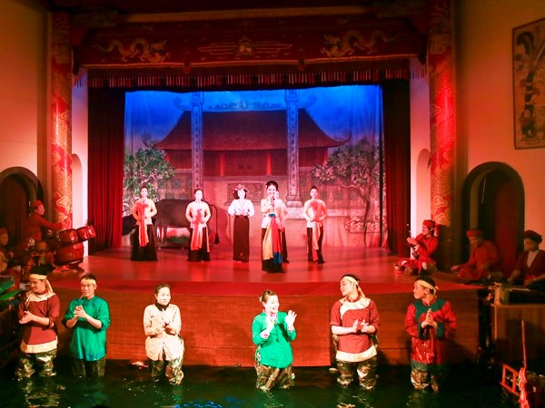 Performance combining water puppetry and classical opera on the stage