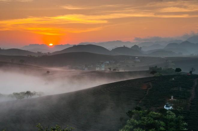Magnificent beauty of Moc Chau in the dawn mist