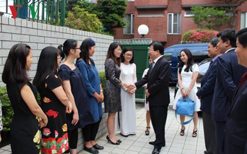 Deputy Prime Minister Trinh Dinh Dung visits Vietnamese Embassy in Japan