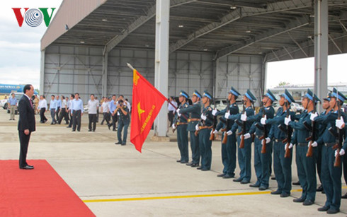 President Tran Dai Quang visits air regiment 925