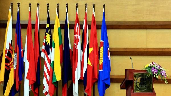 FM Pham Binh Minh meets Singaporean, Indonesian counterparts