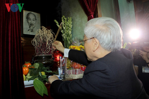 Offering incense to commemorate President Ho Chi Minh