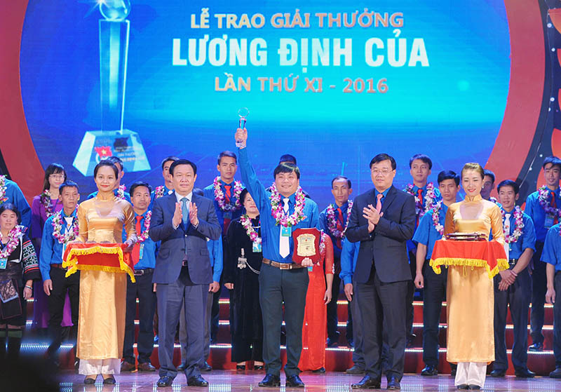Brilliant young people receive Luong Dinh Cua Awards