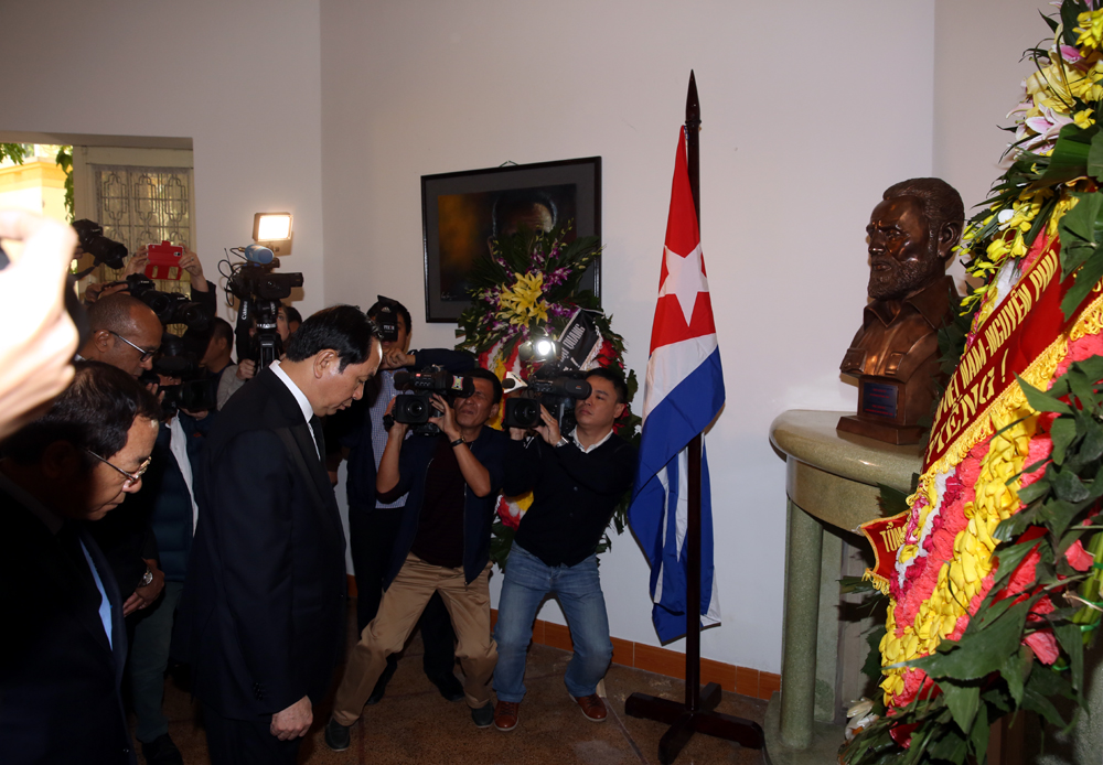 Vietnamese leaders pay tribute to Fidel Castro