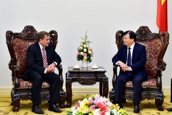 Deputy Prime Minister Trinh Dinh Dung receives ExxonMobil leader