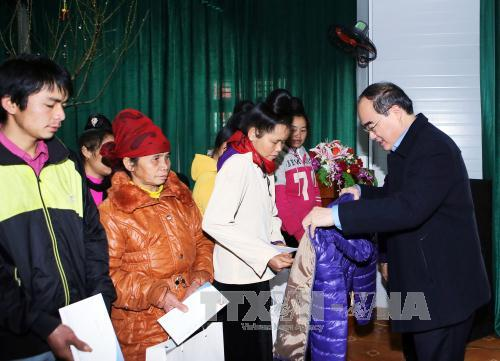 Vietnam Fatherland Front President Nguyen Thien Nhan offers Tet gifts in Son La
