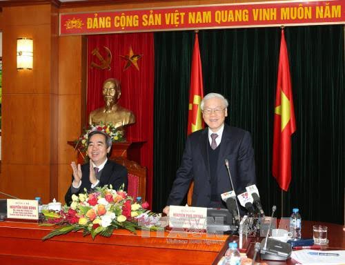 Party General Secretary Nguyen Phu Trong works with the Central Economic Commission