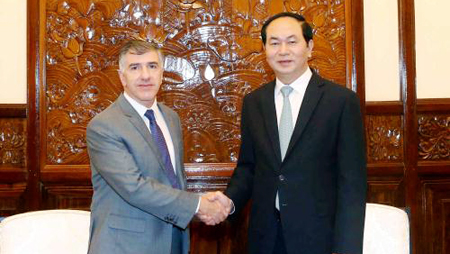 Vietnam entrega Medalla de la Amistad a exembajador de Argentina