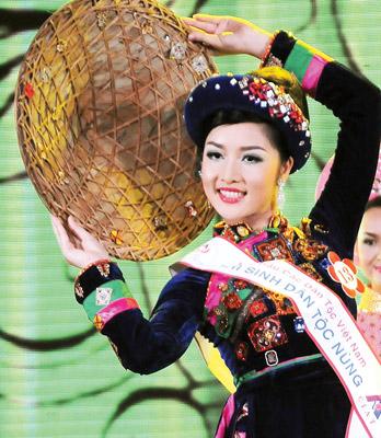 Kain ikat Cham yang ditenun menjadi pakaian etnis minoritas Nung