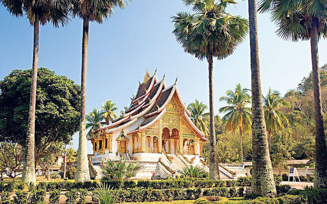 Para turis mancanegara datang ke kota  Luang Prabang- Kota tanpa asap rokok