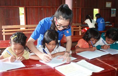Merawat anak-anak dengan bersandar pada masyarakat