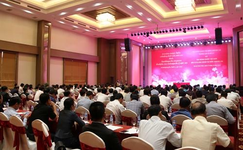 PM Laos, Thoongloune Sisoulith melakukan dialog dengan badan-badan usaha Vietnam