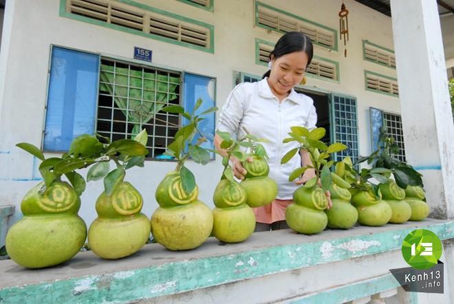 Mengunjungi daerah pedesaan yang mengawali rekayasa bentuk buah-buahan pada Hari Raya Tet