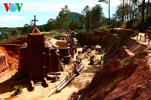 ダラットの「彫刻トンネル」(3)
