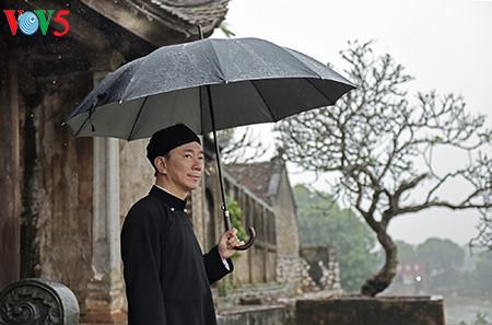 ベトナム男性のアオザイの美しさを顕彰するチャウ大使