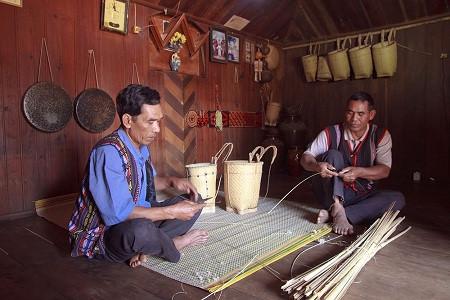 朱儒族同胞致力维护背篓编织艺术