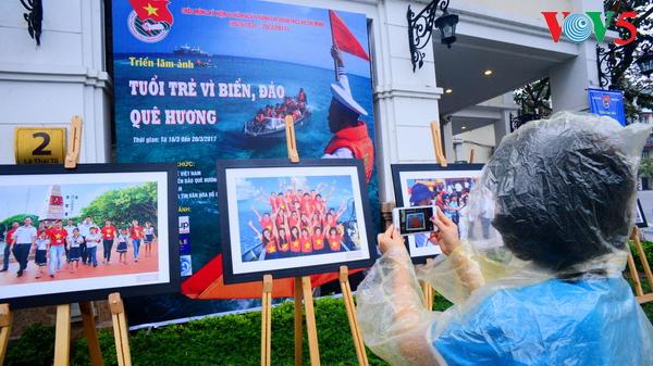 """Người dân Hà Nội đội mưa tới xem Triển lãm ảnh """"Tuổi trẻ vì biển đảo quê hương"""" 2017"""