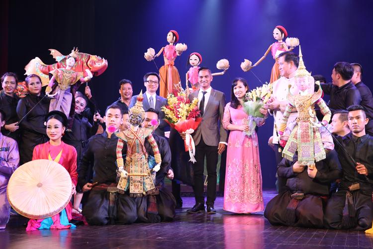 รายการแสดงหุ่นกระบอกพื้นเมืองเวียดนามและหุ่นละครเล็กไทย