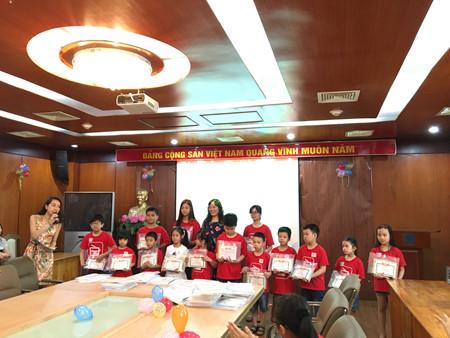VOV5 mengadakan upacara penyampaian bingkisan kepada anak-anak sehubungan dengan Hari Anak-Anak Internasional 2016