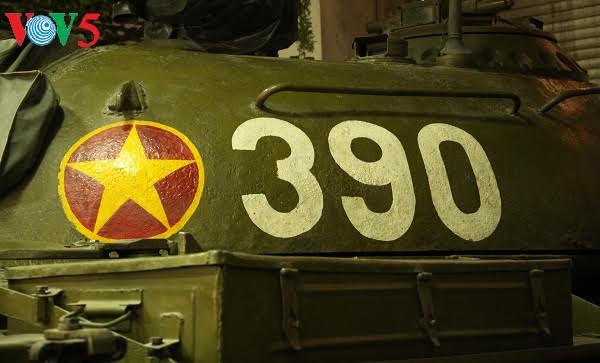ภาพรถถังรหัส 390 บุกพังประตูทำเนียบเอกราชเมื่อเที่ยงวันที่ 30 เมษายนปี 1975