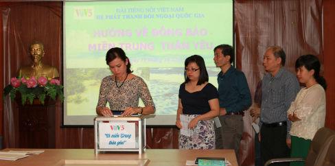 Auslandskanal VOV5 spendet für Flutopfer in Zentralvietnam
