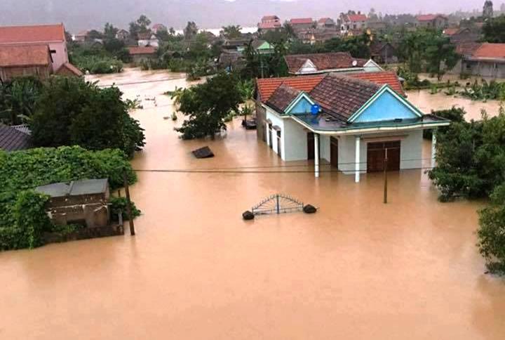 Des milliers de maisons inondées à Ha Tinh et Quang Binh