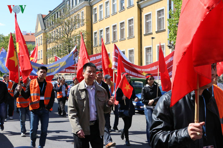 Người Việt tại Séc trao Kháng thư cho Đại sứ Trung Quốc phản đối việc quân sự hóa ở Biển Đông