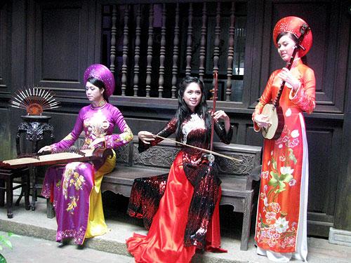 Perkenalan mengenai bermacam-macam instrumen musik tradisonal Vietnam