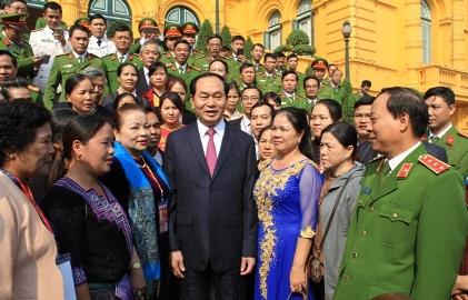 クアン主席、「平穏な生活を守る」表彰者らと懇親