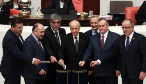 トルコ改憲、今春国民投票へ 大統領に権限集中