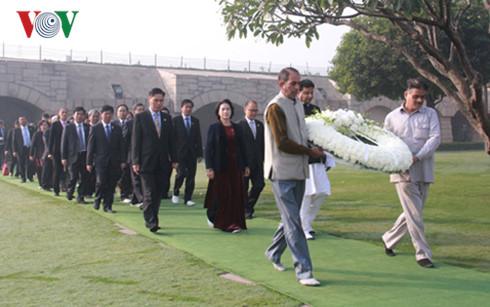 越南国会主席阮氏金银向印度圣雄甘地纪念台敬献花圈