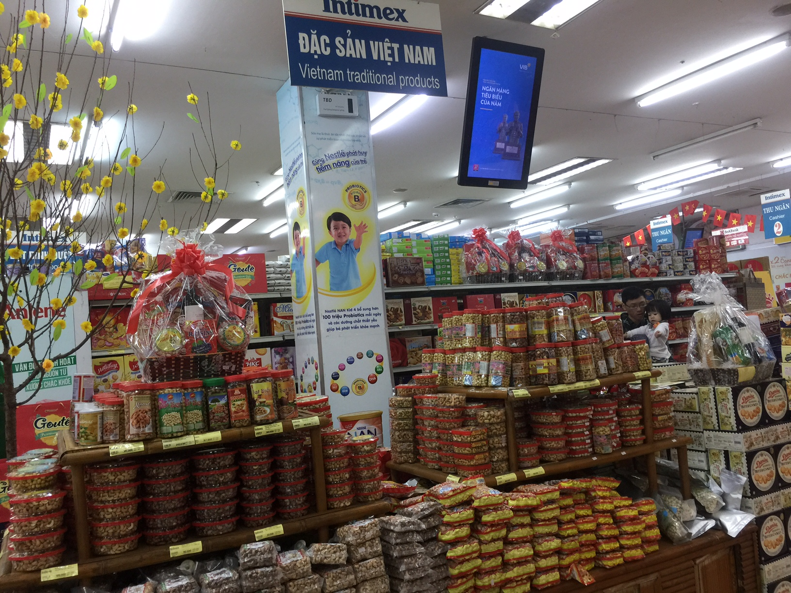 Hàng Việt chiếm lĩnh thị trường Tết Đinh Dậu