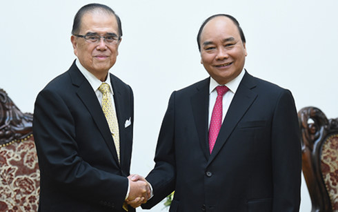 Prime Minister Nguyen Xuan Phuc receives Malaysia's former Senate President
