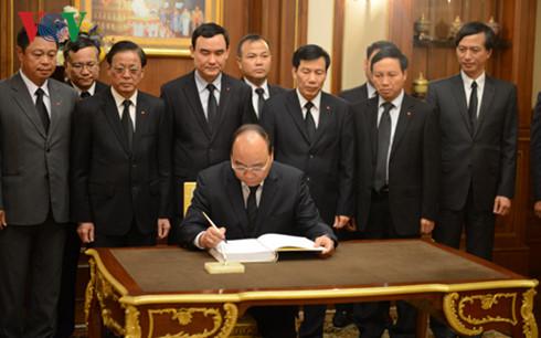 Delegasi tingkat tingi Partai dan Negara Vietnam berziarah kepada  Raja Thailand